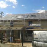 Réfection de toiture ardoise naturelle, pose de fenêtres de toit et entourage de panneaux solaires thermiques